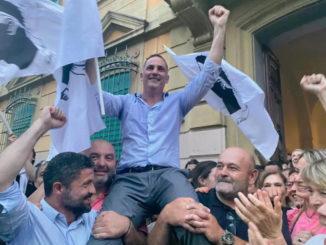 Gilles Simeoni sortant du bureau centralisateur de Bastia.